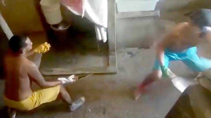 刑務所内で行われたナイフでの決闘で腹を切り開かれてしまう男の映像。