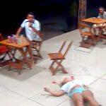 お店でいちゃついてた女性が射殺される事件映像。