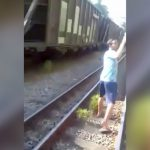 線路の上を歩きながら自撮りしていた男が列車に轢かれる瞬間の映像。