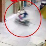 バイクの運転が下手すぎる女の子の不思議な自損事故の映像。