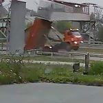 荷台を上げたまま走行していたトラックが歩道橋をぶち壊してしまう映像。