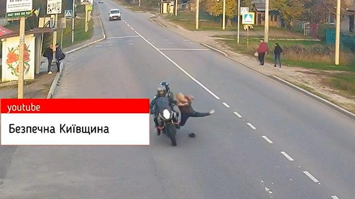 道路を横断しようとしてバイクに轢かれてしまうおばあちゃんの映像。