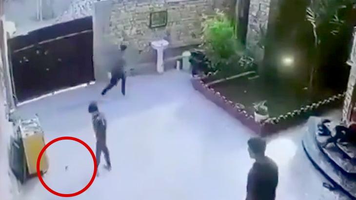 自宅の庭で遊んでいた子供が投げ込まれた手榴弾の爆発で負傷する映像。