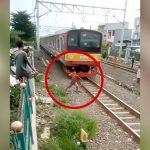 線路上で石をなげていた男の子が電車に頭をぶつけて動かなくなってしまう映像。