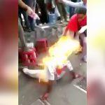 泥棒の男が住民たちにリンチされて火を放たれてしまう映像。