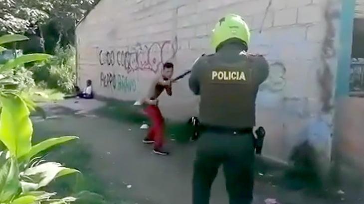 警察官を前にマチェーテでイキりまくる男、テーザー銃であっけなく捕まる映像。