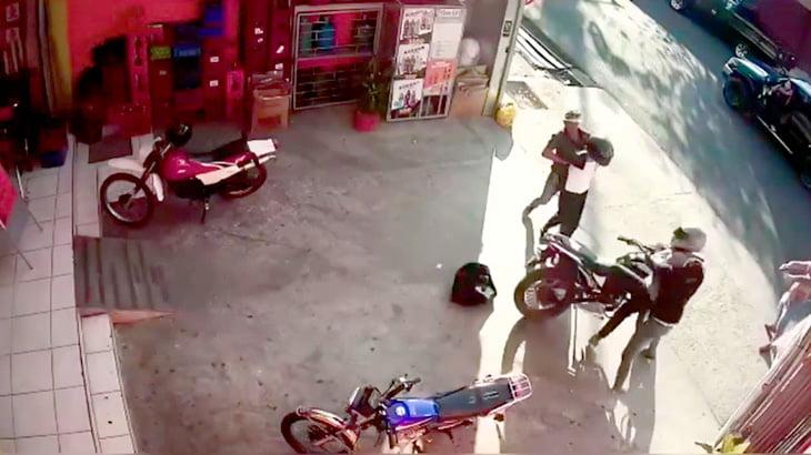 2人の強盗が住民たちに捕まってボコられる映像。