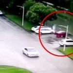 駐車しようとして川に落ちて死んでしまった男女の死体映像。
