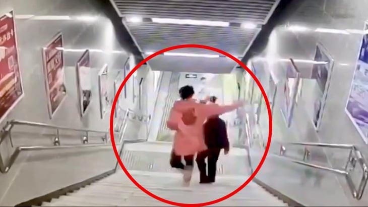 歩きスマホしてて階段から転げ落ちてしまう女性の映像。