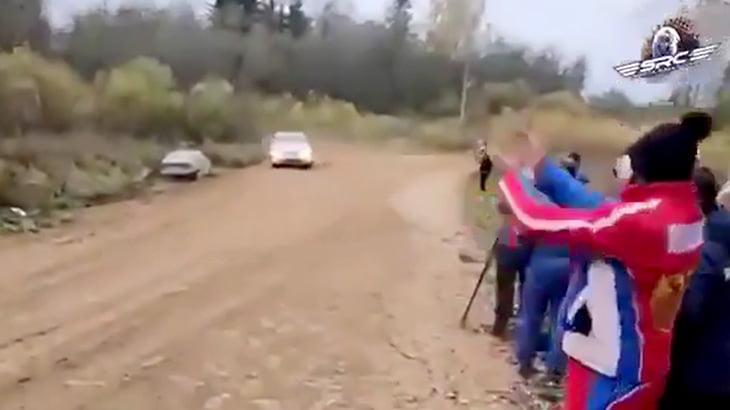 ラリーレースのとあるカーブでやたらクラッシュしてしまう映像。