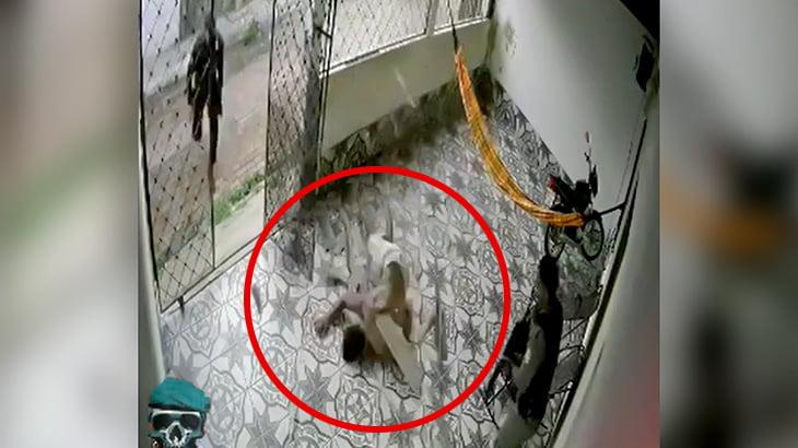 警察から逃げるために屋根に登っていた男が落下して逮捕される映像。