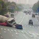 左折しようとした車がトラックミキサー車に潰されてしまう事故映像。