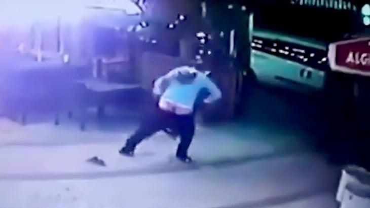 犬を散歩させていた男性が猫に襲われてしまう映像。