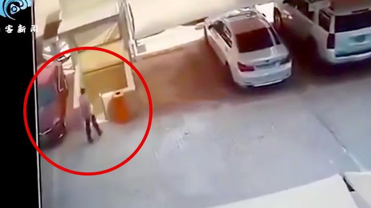 駐車場が突然倒壊するも奇跡的に助かった男性の映像。