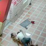ホームレスの女性をレイプする男の映像。