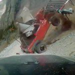 オフロードを走行していたジープが転げ落ちてくる映像。