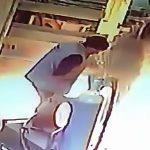 溶接していたドラム缶が爆発して吹き飛ばされてしまう作業員の映像。