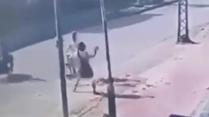 まったく関係のない男性の頭を石で殴って立ち去る男の映像。