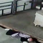 工場のリフトに押しつぶされて死んでしまった女性の映像。