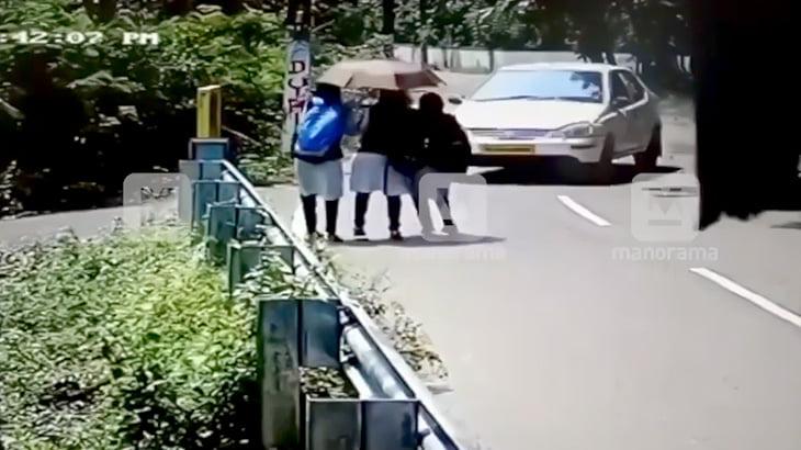 3人の女子校生が車に跳ね飛ばされてしまう事故映像。