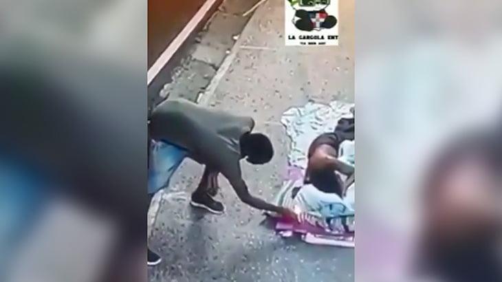 寝ているホームレスの枕に火を放つ男の映像。