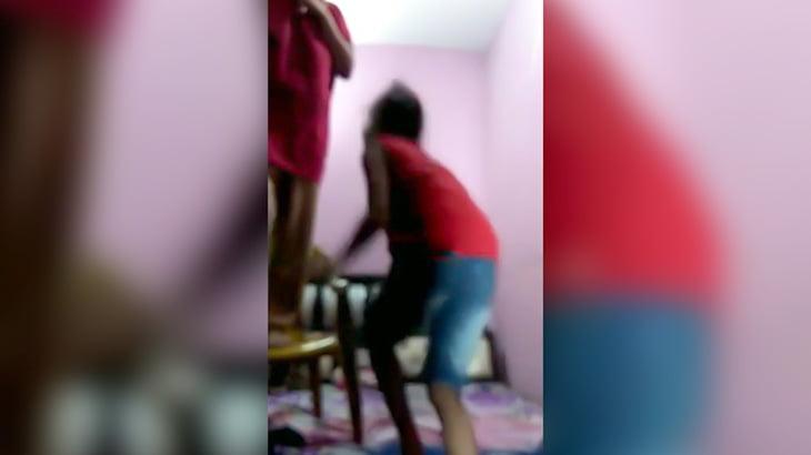 2人の子供の前で首吊り自殺する母親の映像。