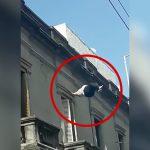 肥満女性が建物の屋上から飛び降り自殺する映像。