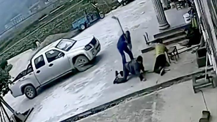 鍬で2人の男女の頭を殴りまくる男の映像。