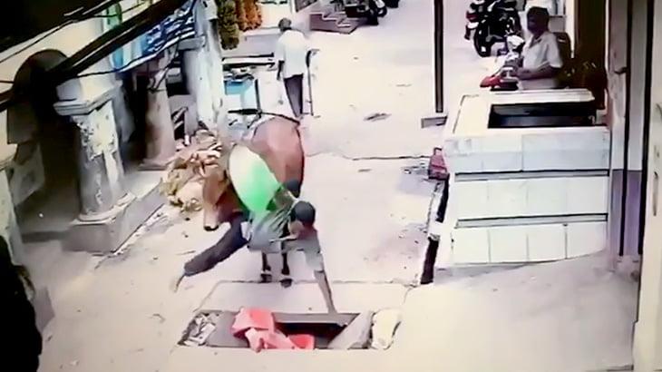 牛にどつかれて負傷するインド人の映像。
