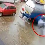 トラックのタイヤが爆発して吹き飛ばされてしまう作業員の映像。