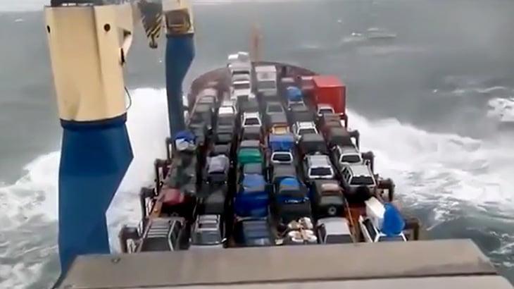 貨物船に積んだ車が全焼してしまった映像。