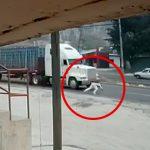 【閲覧注意】走行するトラックに飛び込んで自殺する男の映像。
