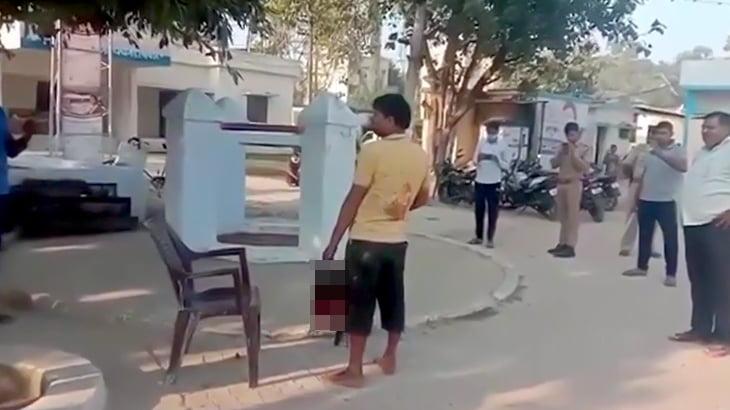 【閲覧注意】切断した妻の頭部を持って街を歩く男のグロ動画。