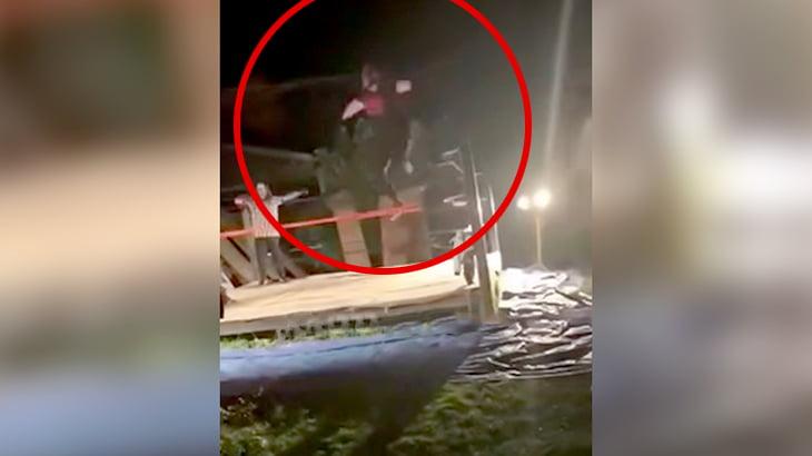 【閲覧注意】リングのコーナーポストからジャンプした男の膝が逆側に折れてしまう映像。
