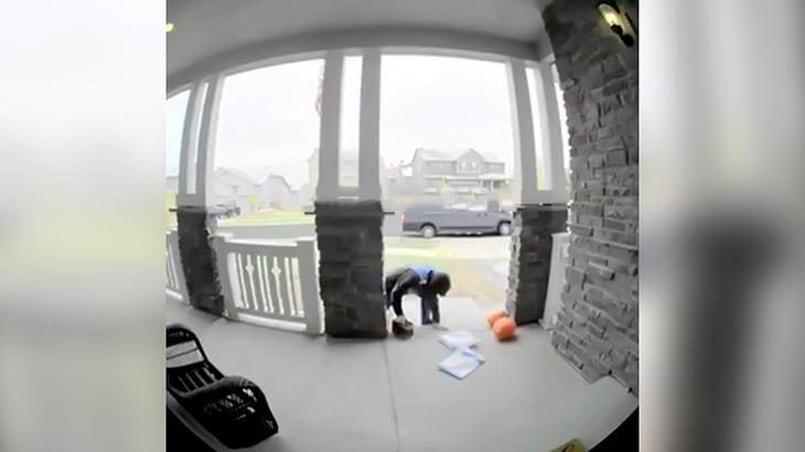 宅配業者の男性が配達先の玄関で2度コケて苦しむ映像。