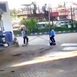 車輪の付いた足場を移動させようとして2人の作業員が転倒させられてしまう映像。