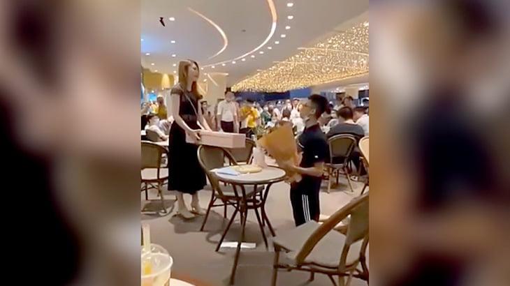 公共の場でプロポーズした男がフラれて駄々をこねる映像。