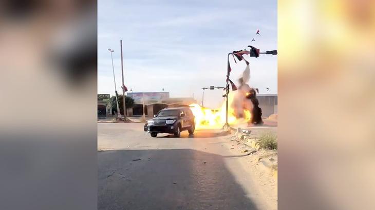 車が砲撃で木っ端微塵に吹き飛ばされる映像。