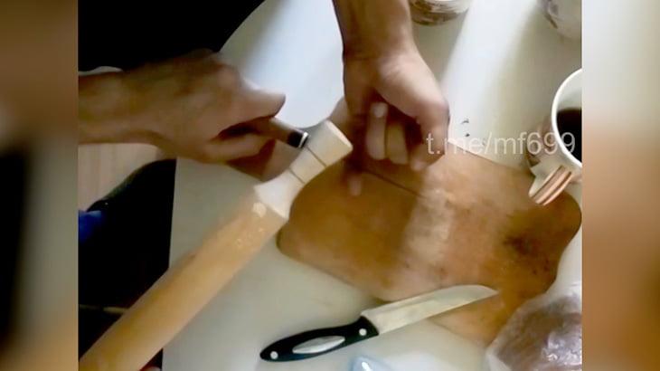 【閲覧注意】左手の小指を切断してもらうイカれた男の映像。