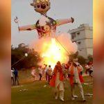 巨大な人形がとつぜん大爆発する映像。