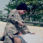 【閲覧注意】10歳にも満たないような子供に捕虜の首を切らせるグロ動画。