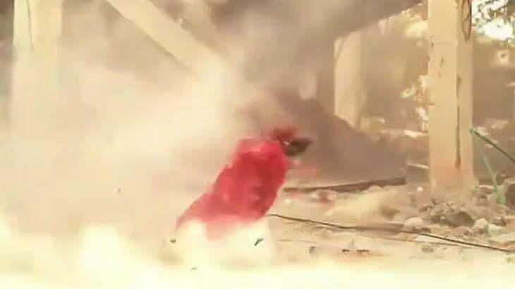 【閲覧注意】捕虜の男性の顔がガトリング砲で一瞬で吹き飛ばされるグロ動画。