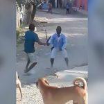 マチェーテで喧嘩して腕を切り裂かれてしまう男の映像。