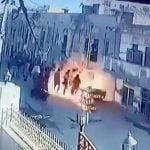 ガス爆発でたむろしていた住民たちが吹き飛ばされる映像。