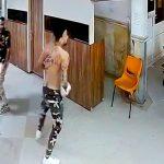 ライバルギャングがいる病院にマチェーテ持って乗り込む男たちの映像。