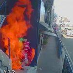 大量の風船の下で寝ていた男、火を放たれてしまう映像。