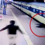 電車とホームに挟まってグルグル回る男の映像。