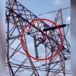 鉄塔によじ登って感電死する男の映像。