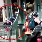 デモ活動中の男性が警察官に橋から突き落とされてしまう映像。