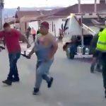 警察官に抗議した男が脚を銃で撃たれてしまう映像。